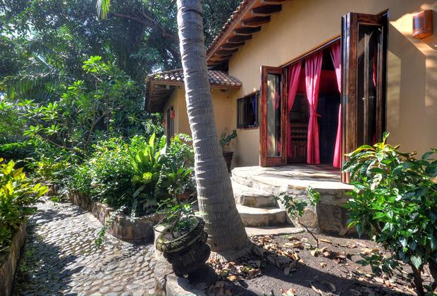 Casa Lazuli Punta el Custodio Mexico - lush gardens -  tropical flora and fauna