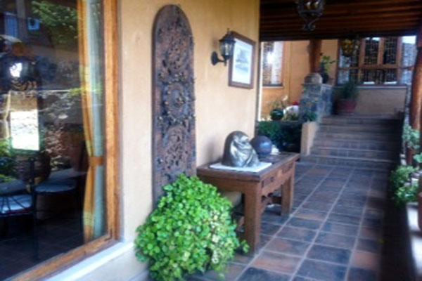 Eco hotel ixhi mexico hotel is in el estribo grande patzcuaro for Muebles rusticos mexicanos