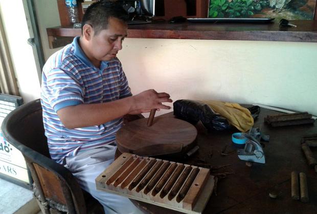 El Gato Gordo Cuban Cigars Old Town Vallarta making cigars